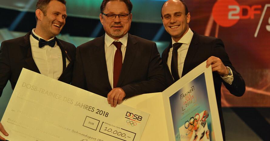 Trainer des Jahres 2018 Detlef Uibel (m.) mit Maximilian Levy (r.) und Ole Bischof (l.). Foto: Hugger