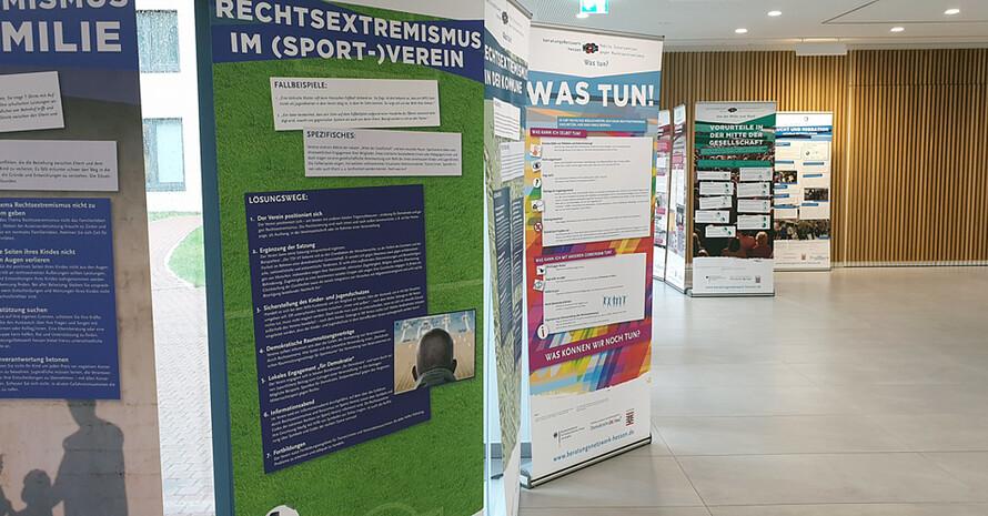 """Im Foyer des DOSB werden die Schautafeln zum Thema """"""""RECHTSaußen – MITTENdrin?"""" präsentiert. Foto: dsj"""