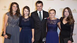 Andreas Bauer mit seinen Springerinnen Carina Vogt, Ramona Straub, Katharina Althaus und Juliane Seyfarth (v.l.). Foto: picture-alliance