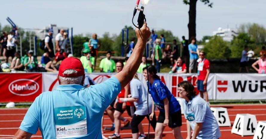 Startschuss zu einem Vorlauf bei den Special Olympics, den nationalen Sommerspielen für Menschen mit geistiger oder mehrfacher Behinderung. Foto: picture-alliance/Frank Molter