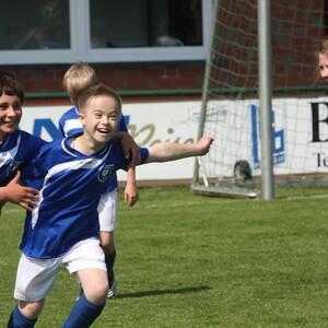 Torjubel von Jungen und Mädchen auf dem Fußballplatz