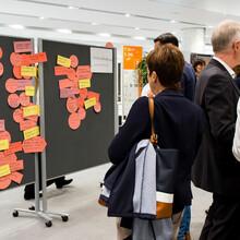 Die Ideen und Anmerkungen der Teilnehmerinnen und Teilnehmer der DOSB-Konferenz wurden an Wänden gesammelt. Foto: LSB NRW/Andrea Bowinkelmann