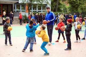 Bewegte Pause mit Alba-Trainer Leander Hesselmann. Foto: LSB Berlin/Engler