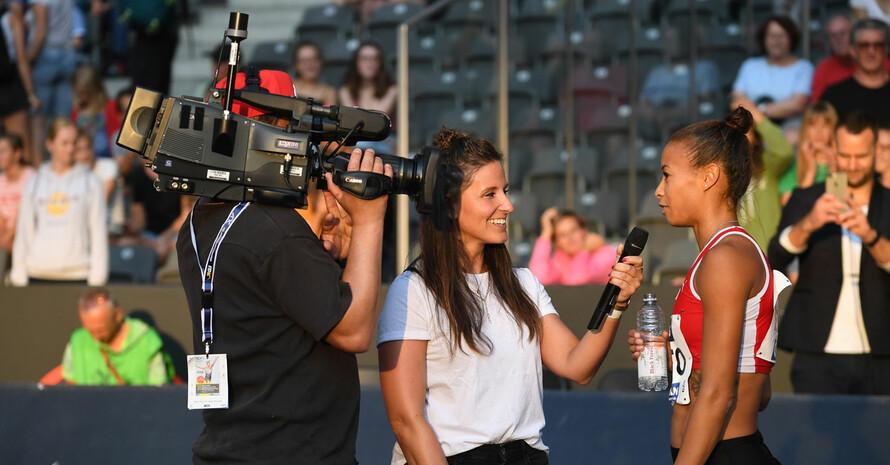 Interview mit Sprinterin Tatjana Pinto (r.) bei den Deutschen Leichtathletikmeisterschaften 2019 in Berlin. Foto: picture-alliance