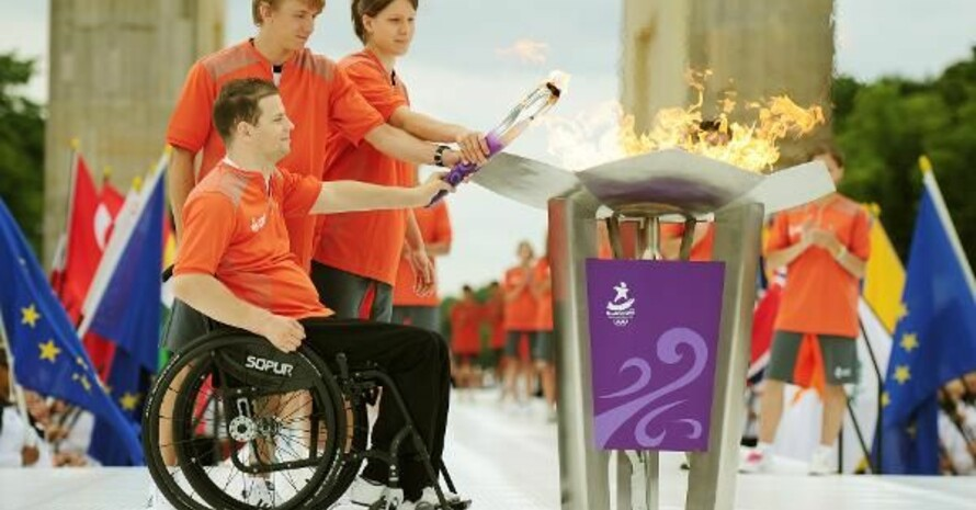 Der ehemalige Turner Ronny Ziesmer sowie die deutschen Athleten Eric Krüger und Lena Gohlisch (von links) entzünden die olympische Flamme. Copyright: picture-alliance