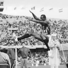 Bob Beamon springt bei den Olympischen Spielen 1968 in Mexiko 8,90 Meter weit. Foto: picture-alliance