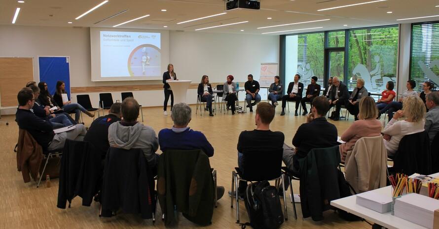 Kirsten Hasenpusch, Vorstand Deutsche Sportjugend, hält die Grußrede zum Start der Veranstaltung. Foto: dsj