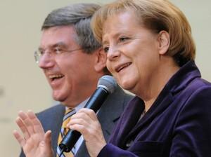 Angela Merkel, hier mit DOSB-Präsident Thomas Bach, unterstützt die Münchner Olympiabewerbung mit einem Brief an die IOC-Mitglieder.