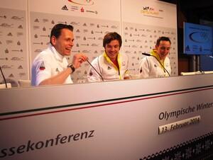 Erfolg macht gute Laune: (v. r.) Mit Olympiasieger Eric Frenzel freuen sich Teamkollege Fabian Rießle und DOSB-Pressesprecher Christian Klaue (Foto DOSB)