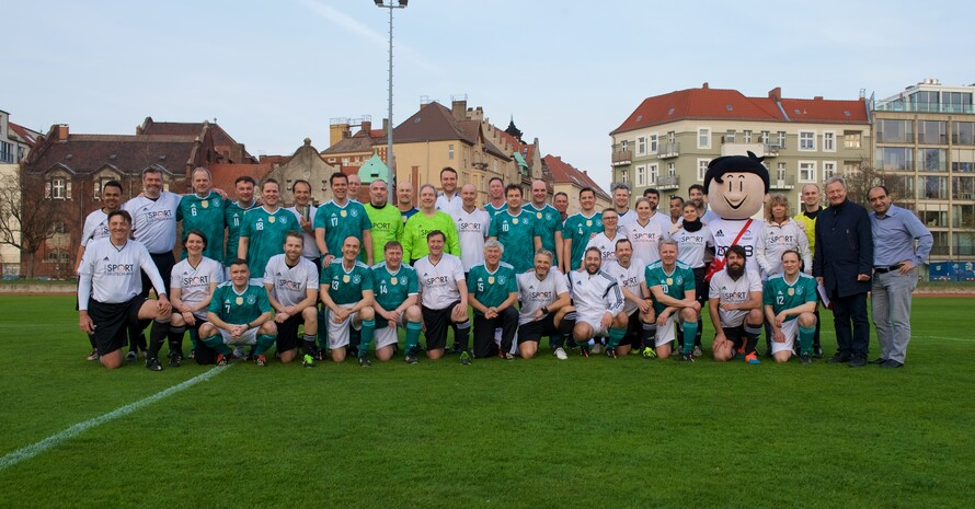 Gemeinsames Mannschaftsfoto des DOSB-Inklusionsteams und des FC Bundestag. Der FC Bundestag in grünen Trikots, das DOSB-Inklusionsteam in weißen.