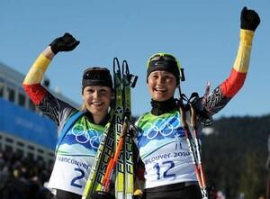Freuen sich über ihren tollen Erfolg: Magdalena Neuner (li.) und Simone Hauswald