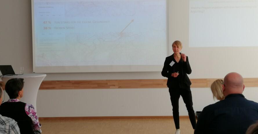 """Trend- und Zukunftsforscherin Anja Kirig bei ihrem Zukunftsblick """"Thesen zum Megatrend Gesundheit und Konsequenzen für die Sportgesellschaft 2030"""" im Fachforum Sport und Gesundheit. (Foto: DOSB)"""