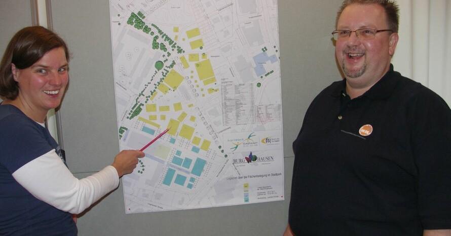Britta Zwiehoff und Werner Lechner erläutern die Positionen der Aktionsflächen auf der Eventmeile im Herzen Burghausens. Foto: dsj