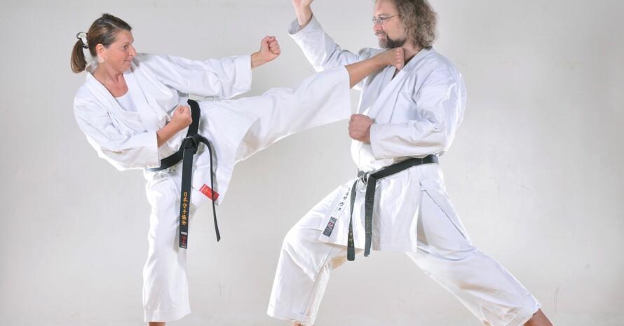 Demonstration einer sauber ausgeführten Technik im Karatesport; Foto: picture-alliance