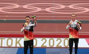 Goldmedaillengewinner Felix Streng (li.) steht neben Mannschaftskamerad und Bronzemedaillengewinner Johannes Floors auf dem Podest. Foto: picture-alliance