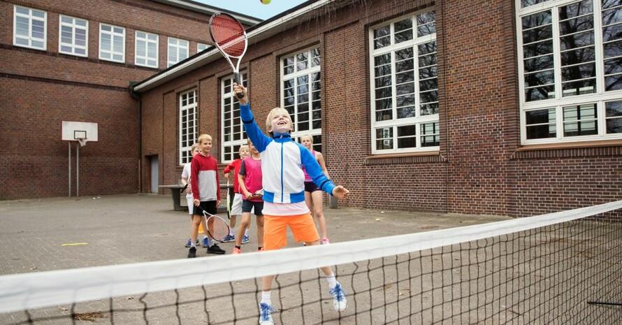 Tennis kann auch auf dem Schulhof gespielt werden. Foto: DTB/Oliver Hardt