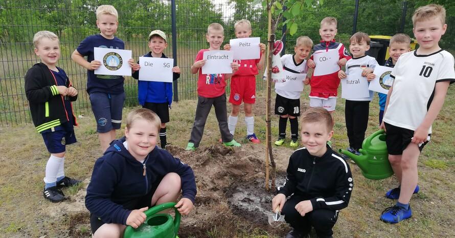 Baumpflanz-Aktion mit den Kleinsten Foto: SG Eintracht Peitz