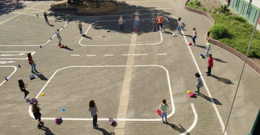 Bewegungspause trotz Abstand - 16 Pausenbilder für die Schule mit Abstands- und Hygieneregeln Foto: Kindersportschule Mittelbaden