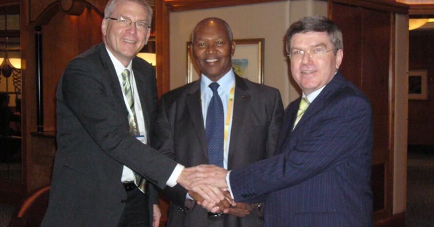 DOSB-Generaldirektor Michael Vesper, der Präsident des Kenianischen Olympischen Komitees Kipjoge Keino und DOSB-Präsident Thomas Bach (v.l.).