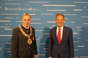 DOSB-Präsident Alfons Hörmann war vor Ort und gratulierte Hans-Heinrich von Schönfels (li.) zur Wiederwahl. Foto: Deutscher Schützenbund