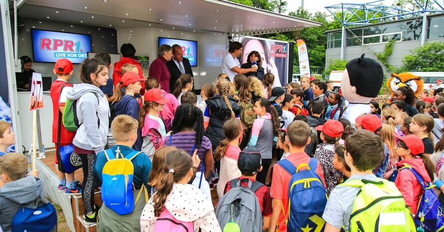 Karin Fehres (4.v.re.), Vorstand Sportentwicklung im DOSB, freute sich über viele motivierte Kinder bei der Sportabzeichen-Tour. Foto: Treudis Naß