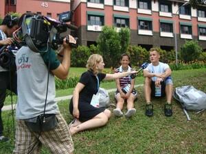 Wie diese Journalisten bei den Olympischen Jugendspielen in Singapur 2010 werden Nachwuchsjournalisten junge Sportler im kommenden Jahr in Innsbruck interviewen.