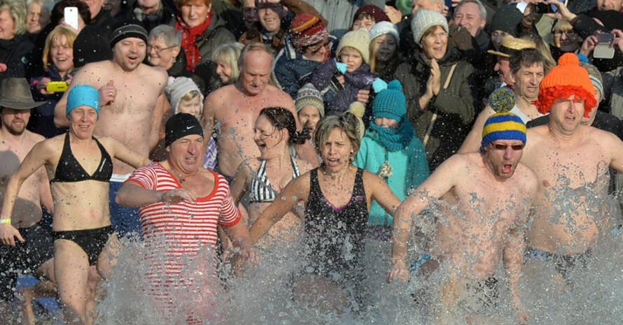 Neujahrsschwimmer setzen ihr guten Vorsätze bereits am ersten Tag des neuen Jahres um. Foto: picture-alliance
