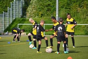 Jungen trainieren gemeinsam das Fußballspiel.
