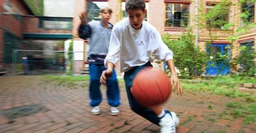 """Ohne eine intakte sportliche Infrastruktur bleibt den """"Kids"""" nur der Hinterhof. Copyright: picture-alliance"""