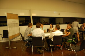 Teilnehmer/innen des Fach-Forums besprechen sich am Thementisch