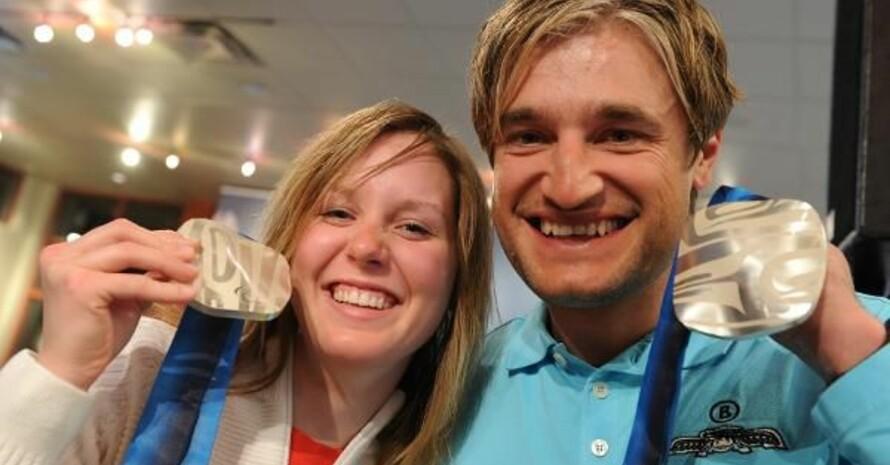 Andrea Rothfuss und Gerd Schönfelder feiern am Montag (15.03.2010) den Gewinn der Silbermedaille, jeweils im Slalom (Stehend). Copyright: picture-alliance