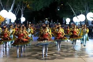 Aufwändig geschmückte Tänzerinnen performen die Santo Antonio de Lisboa Parade auf der Avenida da Liberdade in Lissabon. Ähnliche Bilder werden die Sport for all Games 2020 in Portugals Hauptstadt präsentieren.  Foto: picture-alliance