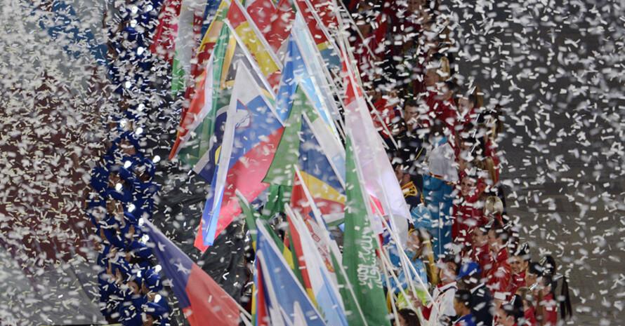 Die Flaggen der teilnehmenden Nationen bei der olympischen Schlussfeier. Foto: picture-alliance