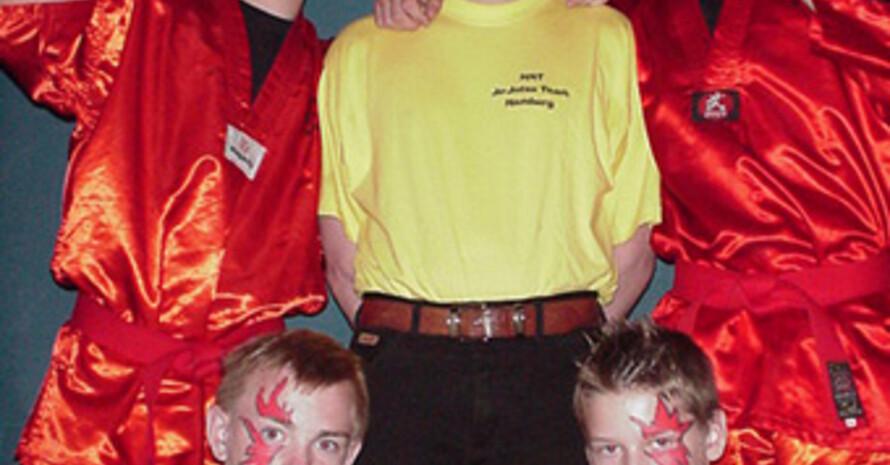 Hansi Kautz (Mitte) und vier seiner Ju-Jutsu-Team-Athleten