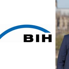 Die Buchstaben BIH stehen in schwarz auf weißem Grund, darüber ein blau geschwungener Strich. Daneben ein Foto von Christoph Beyer.