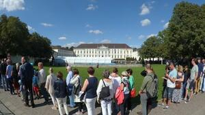Zahlreiche Menschen folgten 2018 der Einladung des Bundespräsidenten zum Bürgerfest vor dem Schloss Bellevue in Berlin, dem Amtssitz des Bundespräsidenten. Foto: picture-alliance