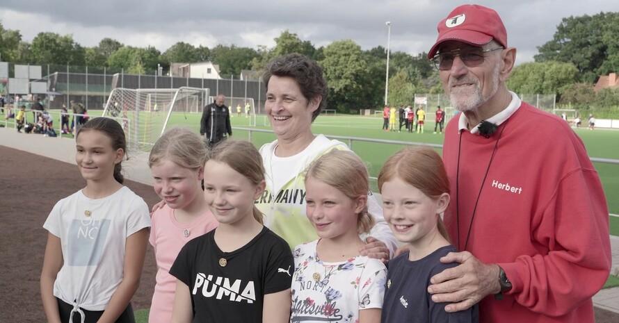 Kinder freuen sich mit Herbert und Veronika Rücker auf die Sportabzeichenabnahme. Foto: DOSB