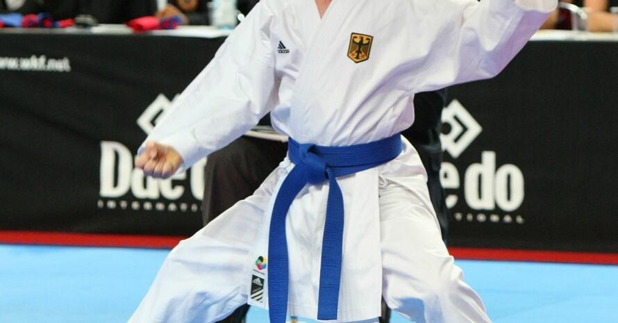 Marvin Nöltge, Karate-Weltmeister für Menschen mit geistiger Behinderung, geht in einem Wettkampf in die Angriffsposition. Foto: Melanie Müller/DKV