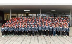 Die jungen Athlet*innen des Jugend-Team Deutschland für Lausanne stellen sich nach ihrer Einkleidung beim DOSB zum Gruppenbild. Foto: DOSB