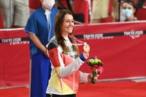 Denise Schindler zeigt auf dem Siegerpodest in Tokio stolz und glücklich ihre Bronzemedaille. Foto: picture-alliance
