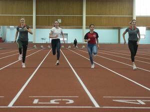Eliteschülerinnen aus Berlin trainieren in der Leichtathletikhalle des Olympiaparks. Foto: picture-alliance