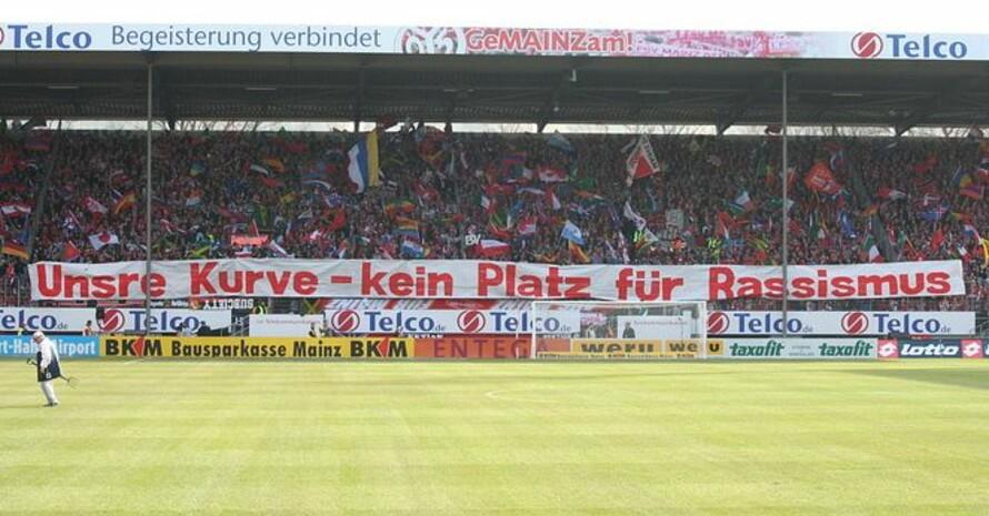 Die Fans im Stadion von Mainz 05 zeigen, was Sie von dumpfen Rassismus-Sprüchen halten. Foto: KOS