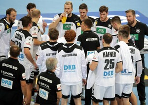 Bundestrainer Christian Prokop nimmt eine Auszeit beim Testspiel der Männer-Nationalmannschaft Ende Oktober 2019 in Zagreb gegen Kroatien. Foto. picture-alliance
