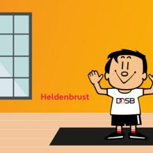 Trimmy macht die Übung Heldenbrust im Home Office. Er steht auf einer Gymnastikmatte. Im Hintergrund ist ein großes Fenster zu sehen.