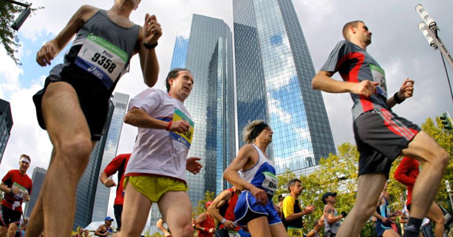 Der Frankfurt Marathon führt am Wochenende an der bekannten Skyline vorbei. Copyright: picture-alliance