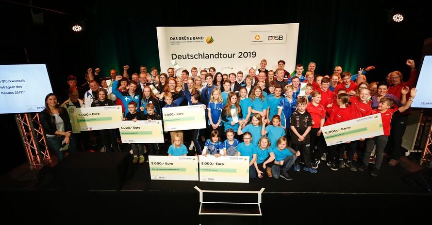 Große Freude: Die Sportler*innen der prämierten Vereine stellen sich in Jena zum Gruppenbild. Foto: Markus Goetzke/DOSB