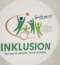 Foto des Logos: Gezeichnete Männchen, stehend und im Rollstuhl spielen Ball. Darunter steht der Slogan: Inklusion. Nur wer es versucht, wird es verstehen.