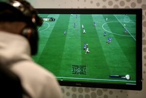 Einsatz von Technik und Taktik beim E-Gaming bzw. E-Soccer auf einem virtuellen Fußballplatz; Foto: picture-alliance