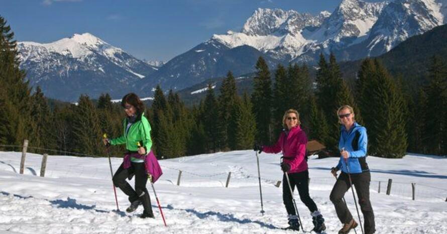 Nordic Walkerinnen auf dem Wanderweg zur Elmauer Alm im Karwendelgebirge (2476m) bei Klais in Oberbayern. Foto: picture-alliance