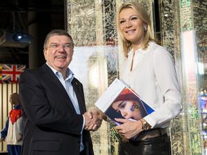 IOC-Präsident Thomas Bach mit Olympiamedaillen-Gewinnerin Maria Höfl-Rieschin Lausanne. Foto: picture-alliance